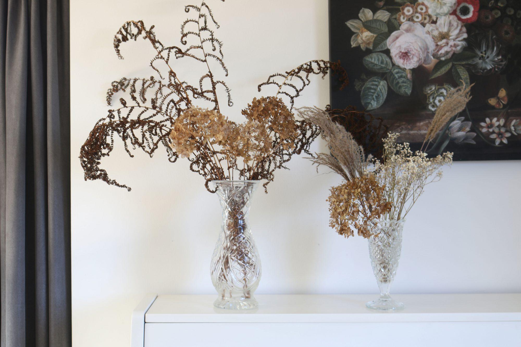 duurzame droogbloemen in de woonkamer